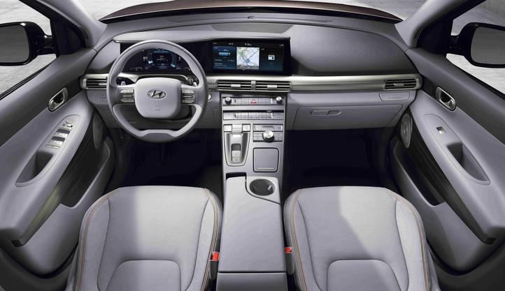 Modernes digitales Cockpit mit zwei Displays: Auf jenem hinter dem Lenkrad wird beim abbiegen das Bild der Rückfahrkamera eingeblendet.