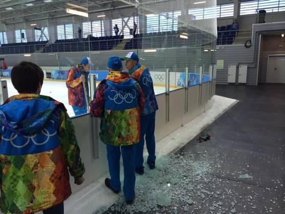 Die Eishockey-verrückten Russen hatten die Scheibe im Nu ersetzt.