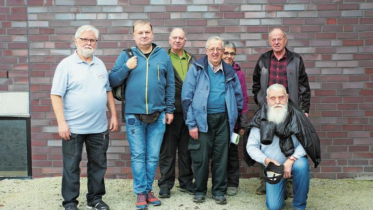 Diese Wandergruppe ist aus Titisee-Neustadt in Deutschland extra nach Hirschthal gereist. Die Wanderstrecke im Suhrental geniesse auch ennet der Grenze einen guten Ruf, freut sich Rolf Senn, Präsident der Wandergruppe Hirschthal (links), mit den Gästen aus dem Schwarzwald.