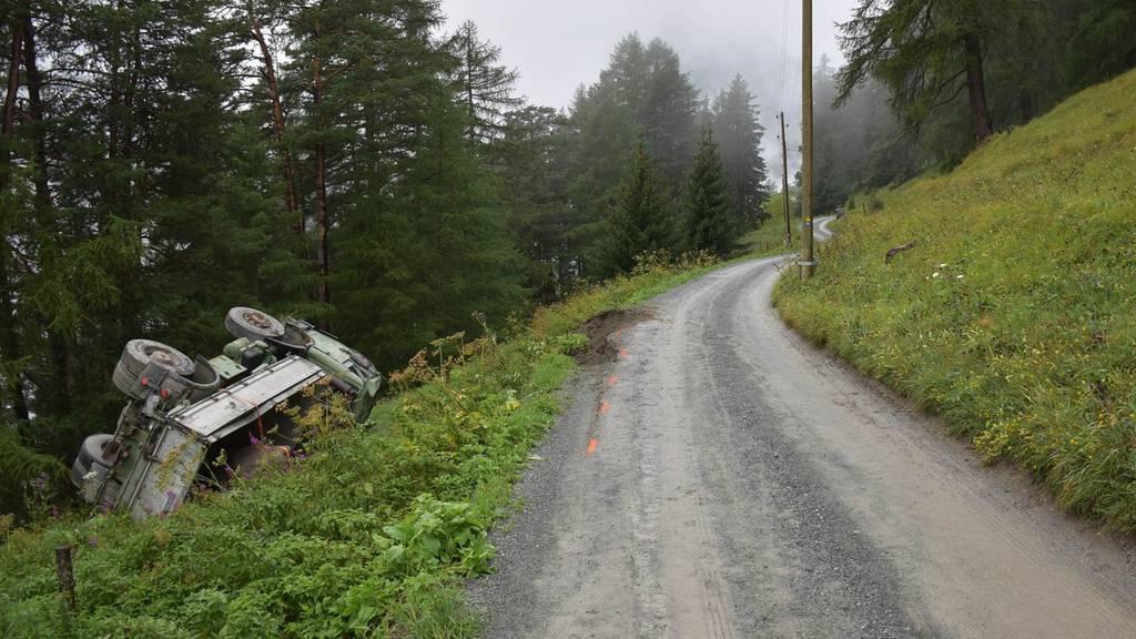 Lastwagen stürzt Abhang hinunter