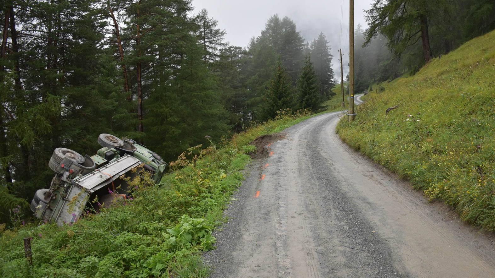 Der Lastwagen stürzte vier Meter den Abhang hinunter. Der Chauffeur wurde ins Spital gebracht.