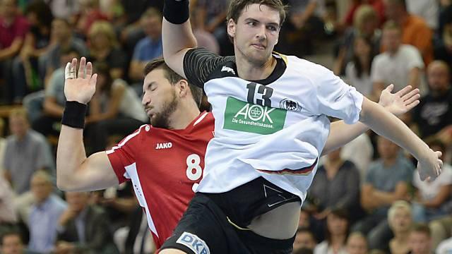 Fabio Baviera (l.) kann Hendrik Pekeler nicht am Torversuch hindern