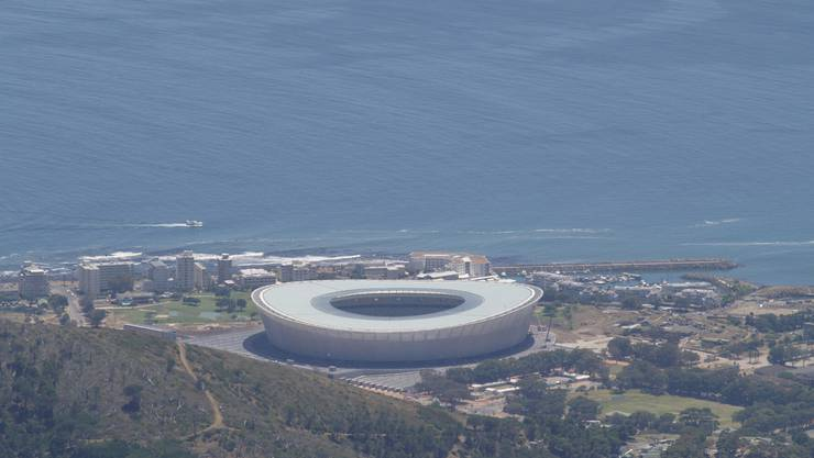 Direkt am Meer und mitten in der Stadt steht das WM-Stadion von Kapstadt. (Vasilije Mustur)