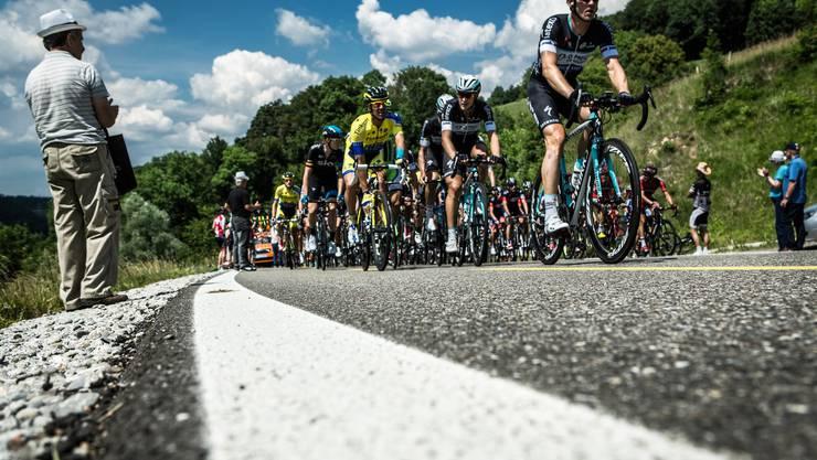 Die Zuschauer erwarteten die Radfahrer auf der Passhöhe und feuerten sie auf den letzten Metern vor der Abfahrt an.