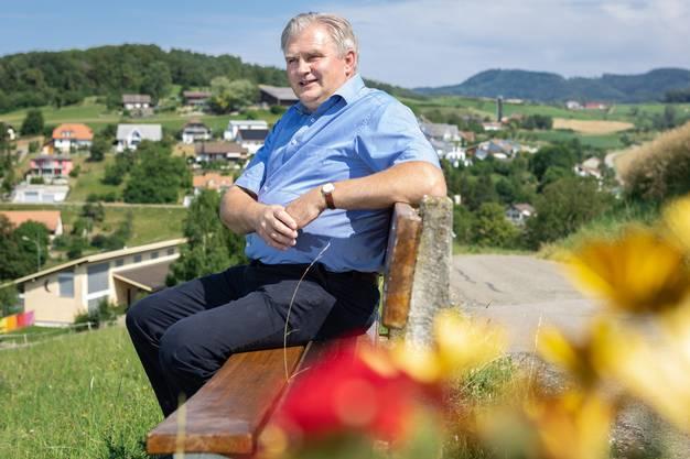 Ueken hat eine provisorische Zusage aus Aarau für Ergänzungsbeiträge, so Gemeindeammann Roland Schmid (im Hintergrund sein Dorf). Jetzt ist zu entscheiden, ob Ueken das Geld nimmt.