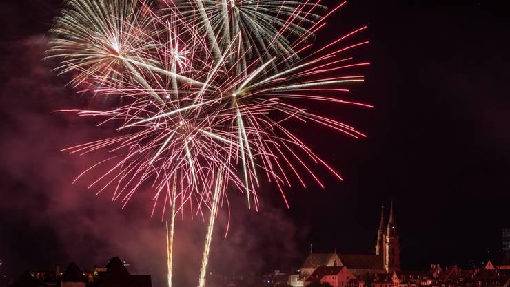 Das Basler 1. August-Feuerwerk über dem Rhein wird von zwei Schiffen aus gestartet.