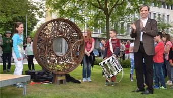 CVP-Stadtrat Leo Geissmann darf gemeinsam mit den Schülern des Stapferschulhauses das «Geschechte-Rad» enthüllen.