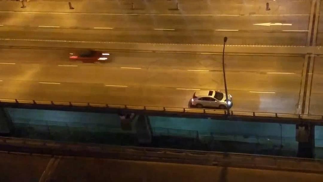 Allzu wohl ist dem Fahrer rückwärts offenbar doch nicht. Im Kriechgang versucht er die verpasste Ausfahrt anzusteuern.