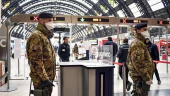 Heute Montag am Bahnhof Mailand: Die italienische Armee patrouilliert. Die Ausgangssperre soll durchgesetzt werden.