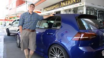 Francesco Mancina vor seiner Garage, die unter anderem auf Tuning spezialisiert ist.