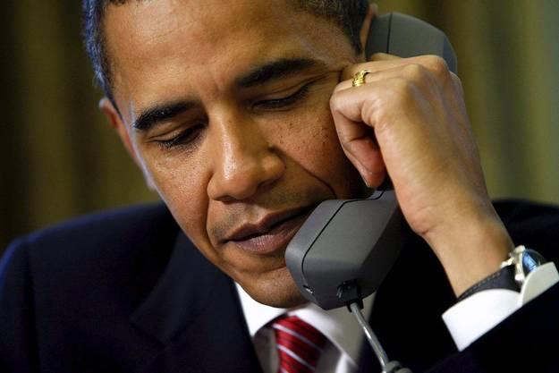 """US-Präsident Barack Obama hat den ägyptischen Präsidenten Mohammed Mursi in einem Telefongespräch aufgefordert, einen Dialog mit der Opposition ohne Vorbedingungen zu suchen. Zugleich habe er sich tief besorgt wegen der Gewalt bei den jüngsten Protesten in Ägypten gezeigt, teilte das Präsidialamt in Washington mit. """"Der Präsident hat betont, alle politischen Führer in Ägypten müssten ihrer Anhängerschaft klar machen, dass Gewalt inakzeptabel sei"""", erklärte das Präsidialamt. Das Dialogangebot Mursis sei von Obama begrüsst worden. Dafür dürften aber keine Vorbedingungen gestellt werden. Das gelte auch für die Opposition. Mursi hatte zuvor Vertreter von Opposition und Justiz am Samstag zu Gesprächen über die politische Zukunft des Landes eingeladen. Zugleich signalisierte der Islamist seine Bereitschaft, eine besonders umstrittene Passage seines jüngsten Dekrets zu ändern. Bislang sollen Entscheidungen des Präsidenten nicht mehr von der Justiz überprüft werden können, was für Kritiker des Vorhabens einen Rückfall in die Diktatur darstellt.Über Verfassung wird abgestimmt Mursi sagte dazu am Donnerstag, sollte der Dialog am Ende zum Schluss kommen, dass diese Passage gestrichen werden sollte, wolle er sich dem nicht verschliessen. Das für den 15. Dezember geplante Referendum über die Verfassung werde aber stattfinden. Eine der führenden Oppositionsgruppen lehnte das Angebot Mursis jedoch umgehend ab und rief für Freitag zu weiteren Demonstrationen auf. Mursis Gegner verlangen die Rücknahme seines Dekrets, die Verschiebung des Referendums sowie einen neuen Verfassungsentwurf. In der Nacht zum Donnerstag waren in der Nähe des Präsidentenpalasts bei gewaltsamen Zusammenstössen zwischen Mursis islamistischen Unterstützern und seinen überwiegend säkularen Gegnern sieben Menschen getötet und fast 650 weitere verletzt worden. Nach erneuten gewaltsamen Ausschreitungen am Donnerstagmorgen bezog die Armee mit Panzern vor dem Präsidentenpalast in Kairo Stellung. Die Polizei riegelt"""