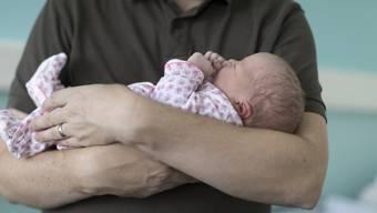 Grüne fordern: Vaterschaftsurlaub von Kantonsangestellten soll ausgeweitet werden. (Archiv)