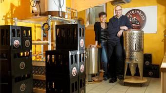 Brigitte Aebi und Christian Bürgisser sind mittlerweile fast täglich mit Bierbrauen beschäftigt.