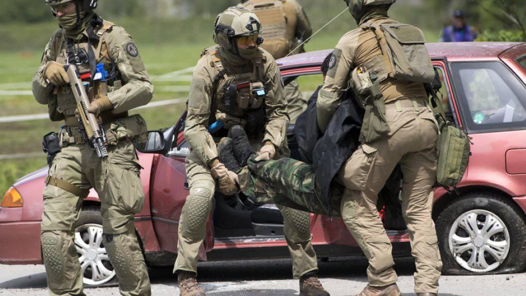 Die Polizisten ergreifen in der Übung in Collombey-Muraz einen «Terroristen».