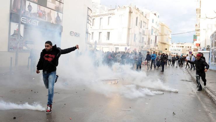Demonstranten setzten in Tunis die Zentrale der regierenden Ennahda-Partei in Brand.