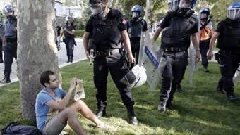 Polizisten in Istanbul vertreiben Demonstranten aus dem Gezi-Park
