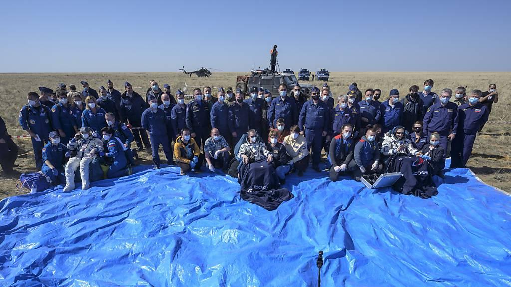 Drei Raumfahrer landen sicher auf der Erde
