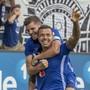 Luzerns 2:2-Torschütze Lucas jubelt mit Teamkollege Pascal Schürpf