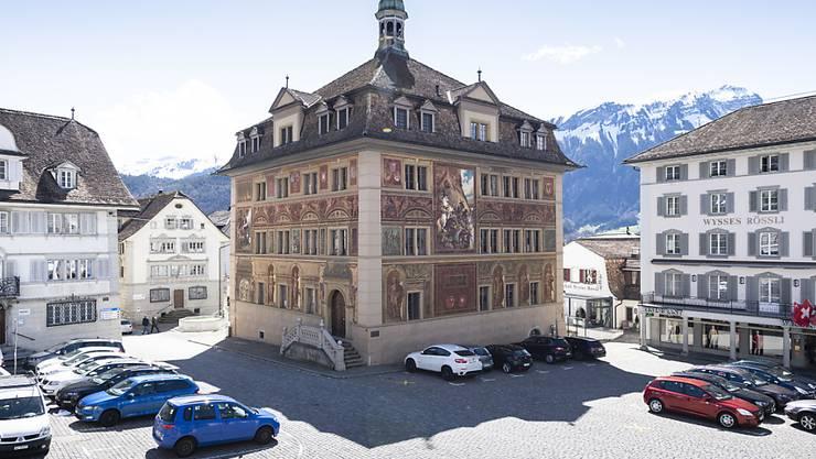 Die Wandmalereien des Rathauses in Schwyz aus dem Jahre 1891 werden aufgefrischt. (Archivbild)