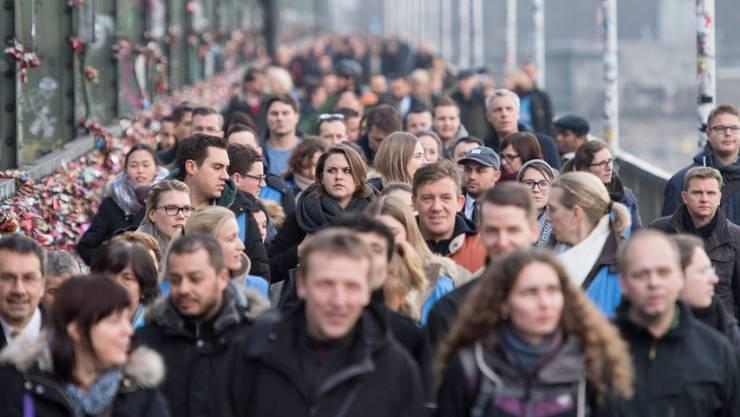 Tausende mussten am Montag in Köln wegen dem Bombenfund ihre Arbeitsplätze räumen.