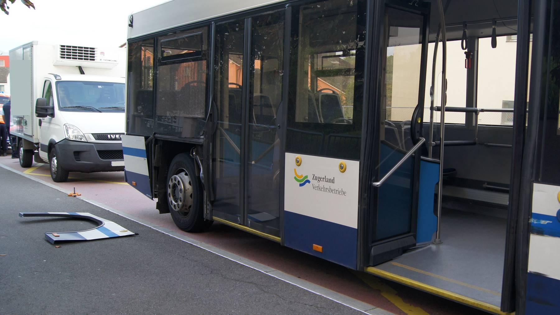 Lieferwagen prallt in Zug rückwärts in Linienbus