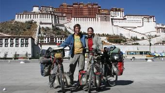 Dieter und Brigitte Roth mit ihren Velos vor dem Potalapalast in Lhasa. zvg