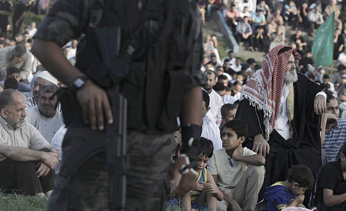 Palästinenser hören den Eid Al-Adha Gebeten im Osten von Gaza-City zu.