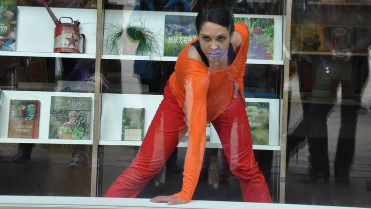 Tanz findet auch im Schaufenster der Buchhandlung Librium statt