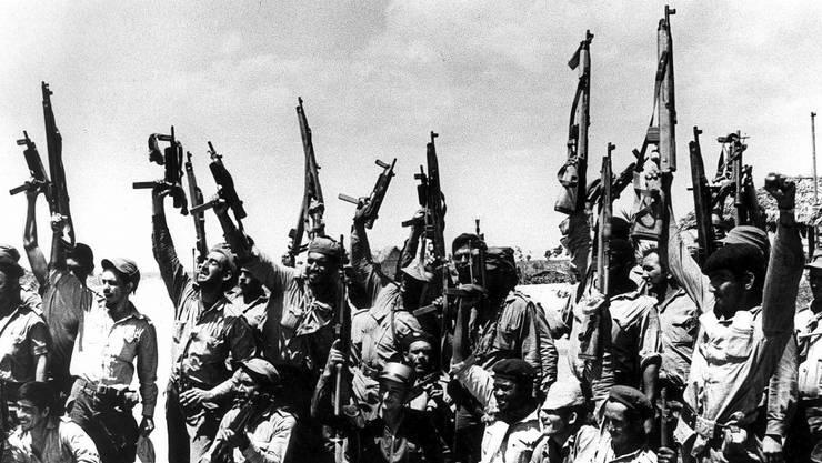 Gescheiterte Invasion: Mitglieder von Fidel Castros Milizarmee feiern den Triumph ihrer unerfahrenen Revolutionsregierung gegen die mächtigste Militärmacht der Welt. Foto: Ullstein