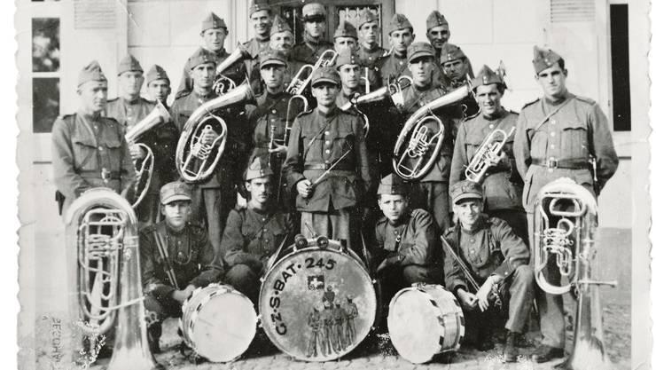 Edgar Strub (hinterste Reihe, zweiter von rechts) spielte in der Bataillonsmusik 1943 das Flügelhorn.