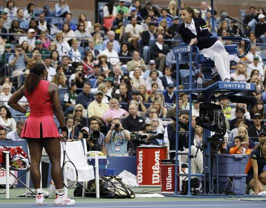 Serena Williams diskutiert mit der Schiedsrichterin Eva Asderaki