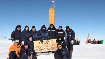 Die russischen Forscher im Gruppenbild, nachdem sie sich am 5. Februar 2012 zum Wostoksee durchgebohrt hatten (Archiv)