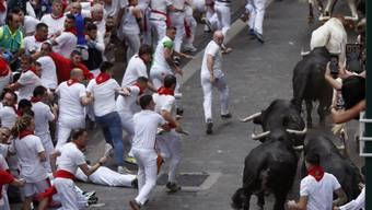 Mindestens fünf Verletzte: Dies ist die vorläufige Bilanz der traditionellen Stierhatz durch die spanische Stadt Pamplona.