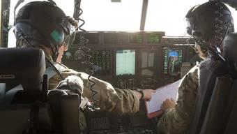 Piloten im Cockpit eines britischen Armeeflugzeuges, das sich an der Suche nach dem abgestürzten Egyptair-Jets beteiligt.