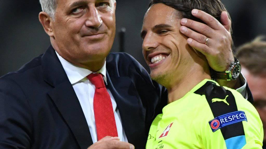 Vladimir Petkovic freut sich mit «Man of the Match» Yann Sommer