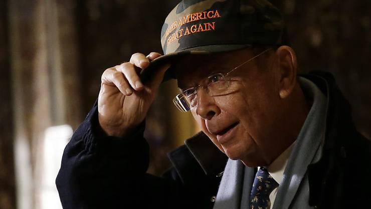 Der heutige US-Handelsminister Wilbur Ross mit einer Wahlkampfmütze, die den USA die Rückkehr zu früherer Grösse verspricht (Archiv)