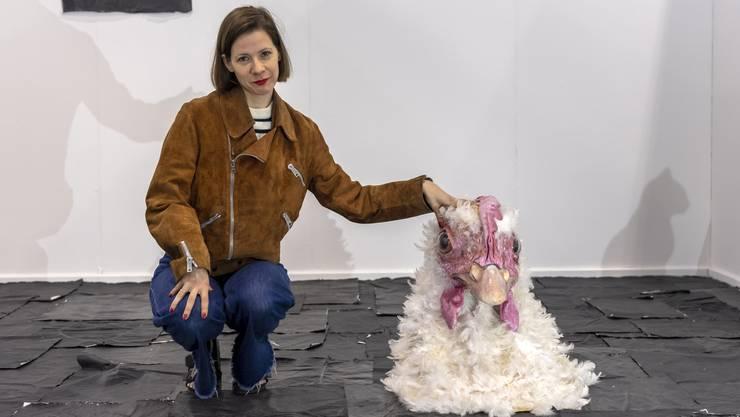 Der Hahnenkopf gehört auf den Kopf von Peter Burleigh, dem Partner der Basler Künstlerin Sophie Jung. Sie gehört zu den Gewinnerinnen des Swiss Art Awards.