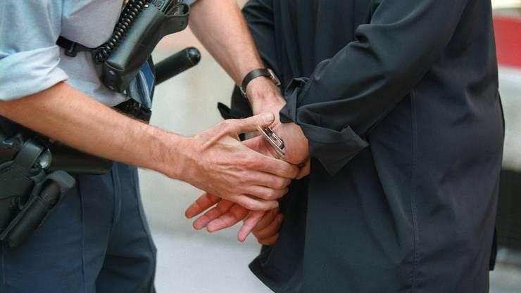 Mit vereinten Kräften überwältigten die Polizisten den Mann und nahmen ihn auf die Wache mit. (Symbolbild)