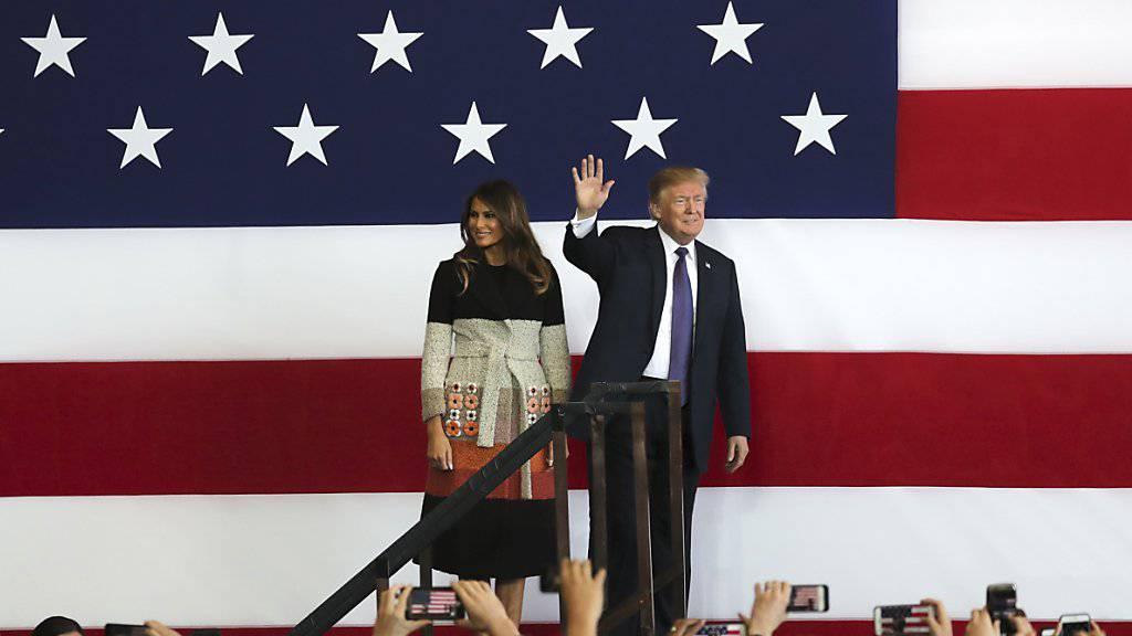 Beginn seiner Asienreise: US-Präsident Donald Trump und seine Frau vor US-Soldaten in Japan.