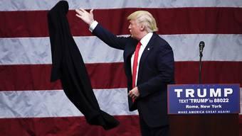 Keine Zensur: Eine Szene mit dem derzeitigen US-Präsident Donald Trump ist vor Jahren aus einen Film herausgeschnitten worden - bereits damals trug er aber eine rote Krawatte und einen Mantel. (Symbolbild)
