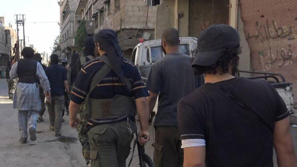 Milizionäre des Islamischen Staates in Syrien - erstmals hat sich ein ein im aktiven Dienst stehender niederländischer Soldat der Terrormiliz angeschlossen. (Archivbild)
