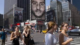 Mit der Werbekampagne mit dem Football-Spieler und Trump-Kritiker Colin Kaepernick hat Nike offenbar genau bei der Kern-Zielgruppe in den USA gepunktet. (Archiv)