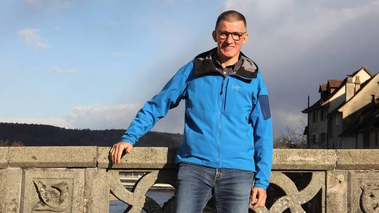 Daniel Engler macht auf der Alten Aarebrücke in Brugg Halt, bevor er nach Riniken hochläuft, und sagt: «Momentan ist es eher ein Fliegen als ein Laufen.»