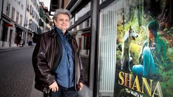 Nino Jacusso vor dem Plakat seines neuen Films «Shana – The Wolf's music»