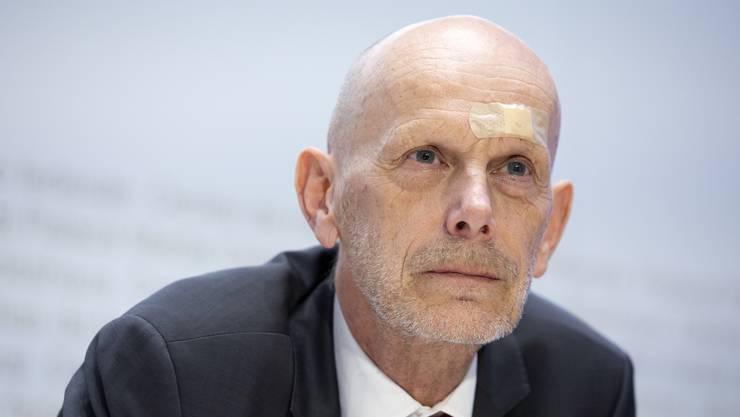 Daniel Koch, Leiter Abteilung Übertragbare Krankheiten des BAG, erscheint am Montag mit einem Pflaster zur Medienkonferenz. Er sei gegen eine Türe gelaufen, beantwortet er die Frage einer Journalistin.