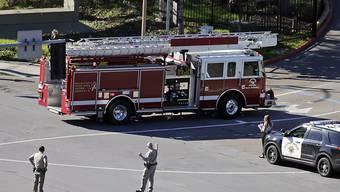 Einsatzkräfte von Feuerwehr und Polizei standen vor dem Militärspital bereit