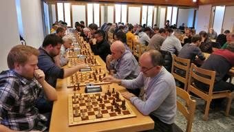 Im Vordergrund spielt Turniersieger Robin Angst (l.) gegen den Turnierzweiten Berndt Reinhard.