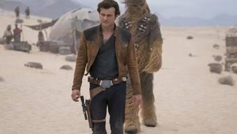 """""""Solo: A Star Wars Story"""" schwächelte auch an seinem zweiten Wochenende in Nordamerika. Zwar führt der Film die Kinocharts deutlich an, er bleibt aber um die Hälfte hinter den Einspielergebnissen seines Vorgänger """"Rogue One"""" im vergleichbaren Zeitraum. (Archivbild)"""