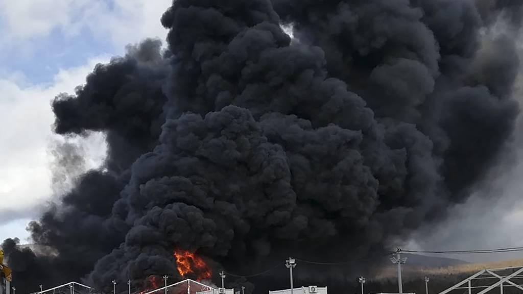 Verlassenes Flüchtlingslager in Bosnien von Feuer zerstört