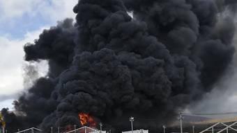 Dichter schwarzer Rauch quillt aus dem Flüchtlingslager bei Lipa nahe Bihac. Das zuvor geräumte Lager wurde durch den Brand komplett zerstört.